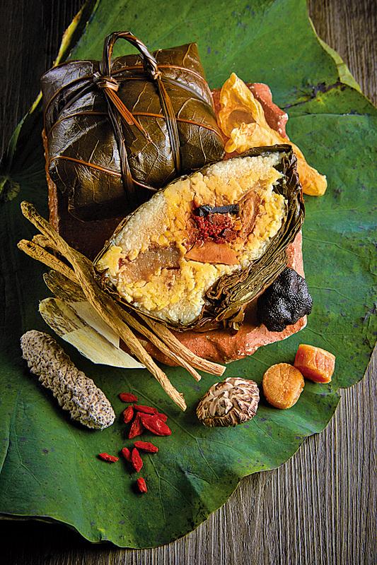 九龍香格里拉大酒店首次推出26頭吉品乾鮑魚金腿粽,是今年各家美味粽子當中最尊貴的選擇,主攻高端送禮市場。