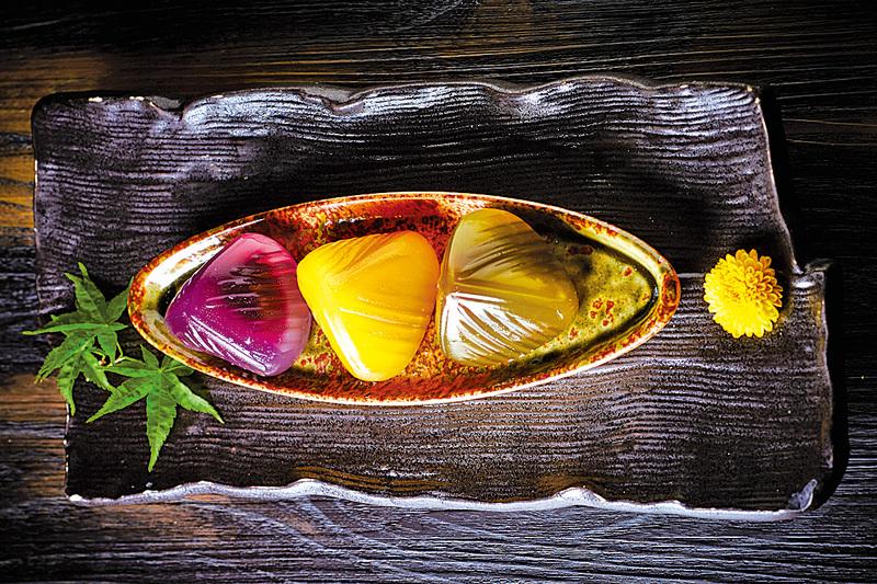 符合年輕市場口味,九龍香格里拉主打日式風味水晶粽,選用水晶粉製皮,品嚐軟韌嚼勁的口感﹕柚子芒果、十勝紅豆抹茶及鹿兒島紫甘薯。
