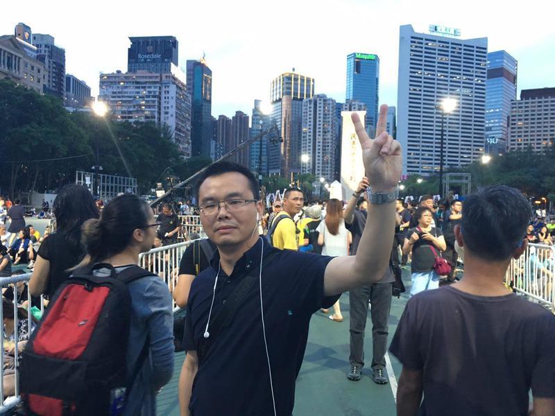 深圳鄧先生首次參加六四,他表示27年來中共屠殺的本質沒有改變,很感謝香港人的堅持。(梁珍/大紀元)