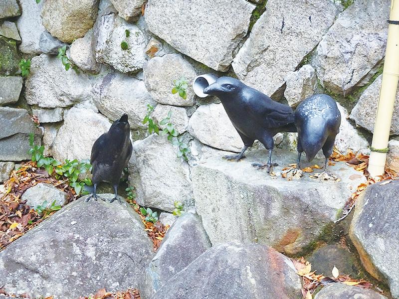 有馬溫泉區內三隻烏鴉的雕像。