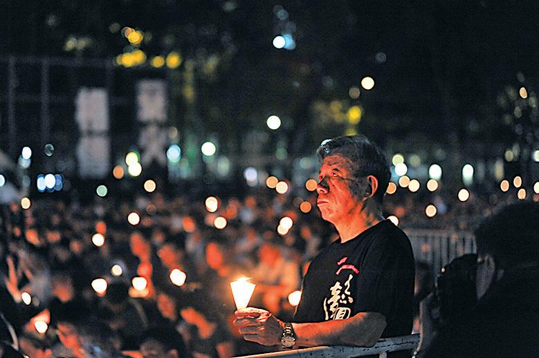 六四事件至今27年,雖然有團體另辦悼念活動,但仍有大批市民參與支聯會舉辦的燭光晚會。(孫青天/大紀元)