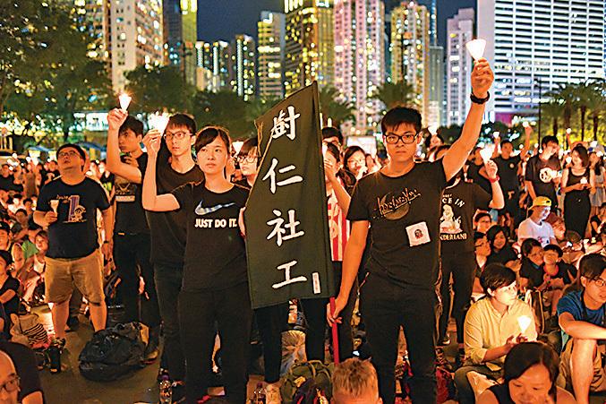 最近有大學學生會拒絕出席支聯會悼念活動,但晚會現場仍有不少年輕人的身影。(文瀚林/大紀元)