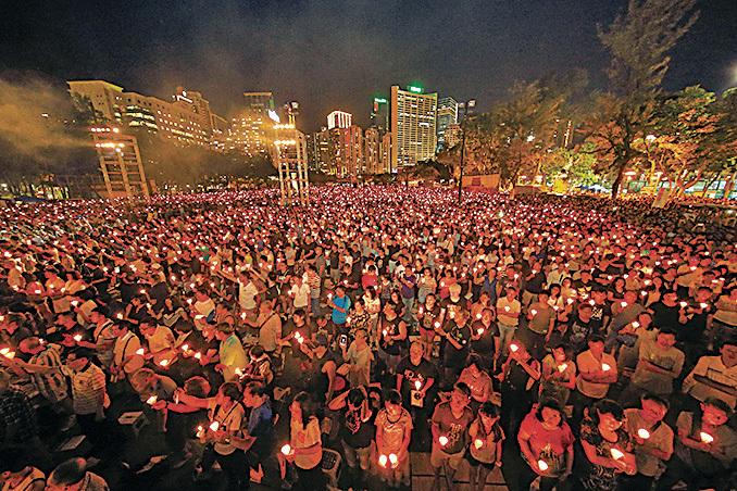 自89年六四屠殺以後,每年有大批市民到維園參與悼念晚會。(潘在殊/大紀元)