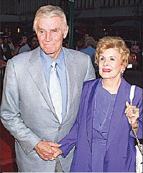 2001年,希士頓和妻子在紐約出席活動。(維基百科)