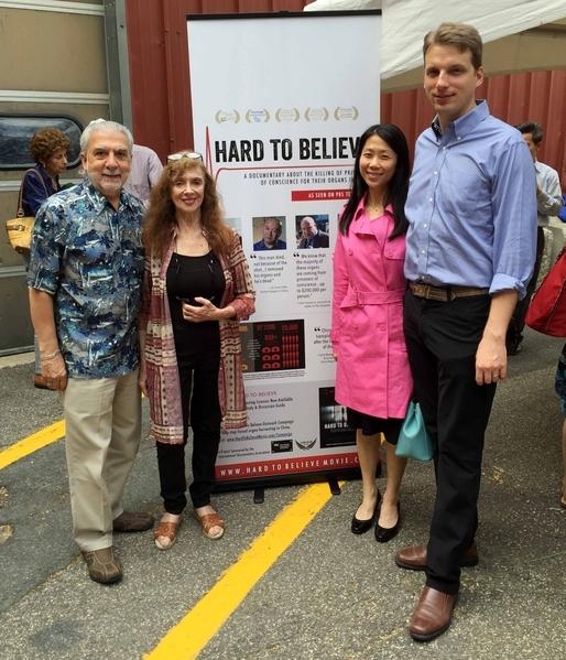 紐約Projects Plus,Inc.慈善募款公司的創辦人潘妮・史多尤(Penny Stoil)(左二)。(明慧網)
