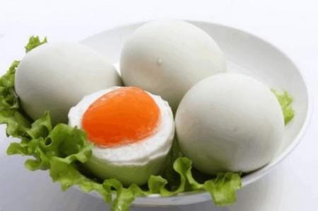 鴨蛋:民間有端午節吃紅鴨蛋黃能避邪的習俗。(網絡圖片)