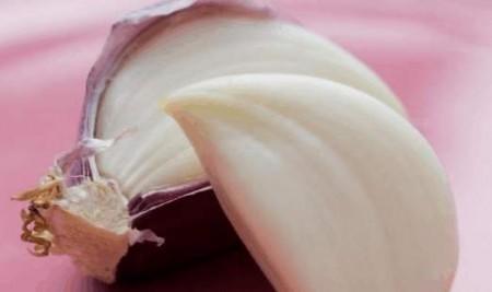 大蒜蛋:河南、鄭州等農村,早餐食大蒜、雞蛋、烙油饃,據說可避「五毒」,有益健康。(網絡圖片)