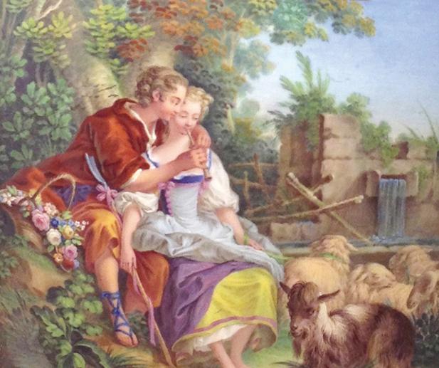 英國的切爾西(Chelsea)陶瓷廠出品的寶石藍鎏金大花瓶。一對情侶相擁小河和鮮花旁,女子吹奏長簫,男子在幫她按樂孔,周圍還有羊群圍繞,意境溫馨。(圖片翻攝:Juliet Zhu/大紀元)