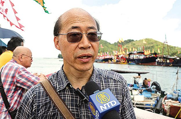 香港博物館館長前往觀龍舟、熱鬧過端午。(余鋼/大紀元)