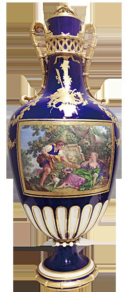 英國的切爾西(Chelsea)陶瓷廠出品的寶石藍鎏金大花瓶。一對情侶男子為心上人提來一籃葡萄。(圖片翻攝:Juliet Zhu/大紀元)