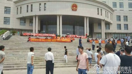 6月6日,河北南宮市紫冢鎮候都水村數百名村民遊行示威,抗議化工廠污染,大批警察鎮壓。(網絡圖片)