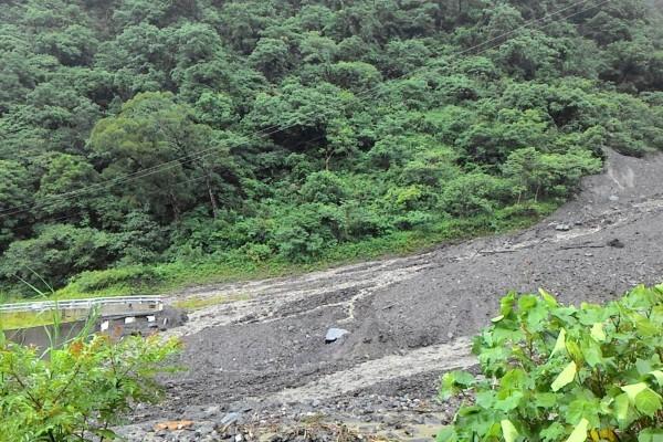 南台灣降大豪雨 土石流沖斷橋樑百人受困