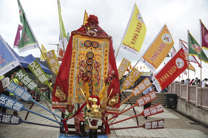 香港迷人漁村大澳,保留一項有過百年歷史的獨有龍舟活動——遊涌。每逢端午節都會吸引了大批港人、大陸以及海外遊客前往觀龍舟、熱鬧過端午。(余鋼/大紀元)