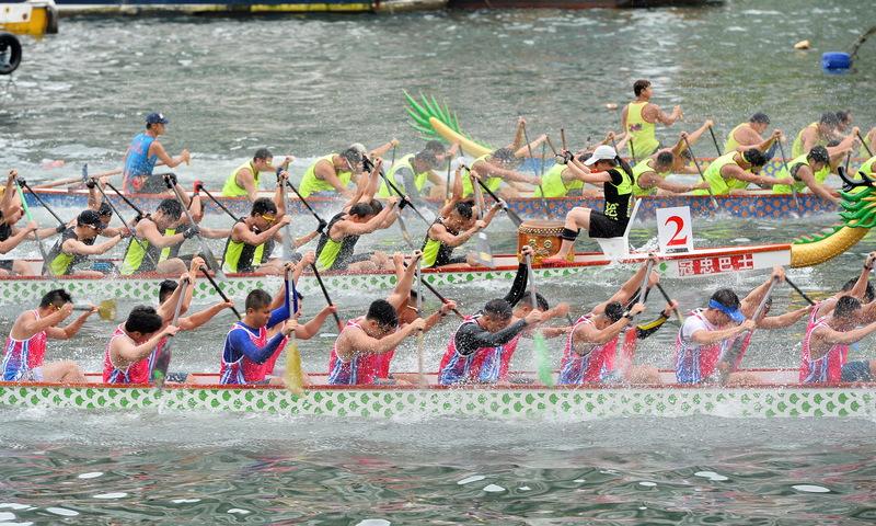 端午節,香港各區包括大澳、赤柱、大埔、西貢和香港仔等均有龍舟競賽。圖為香港仔海濱公園舉行的「2016香港仔龍舟競渡大賽」活動。(宋祥龍/大紀元)